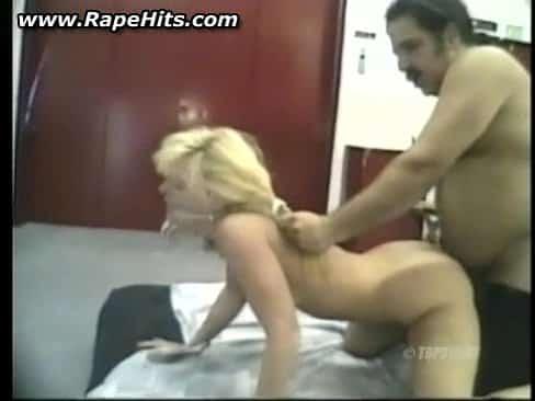 Une jeune blonde adolescente se fait attacher et se voit contrainte de sucer la queue de Ron Jeremy avant de se faire défoncer.
